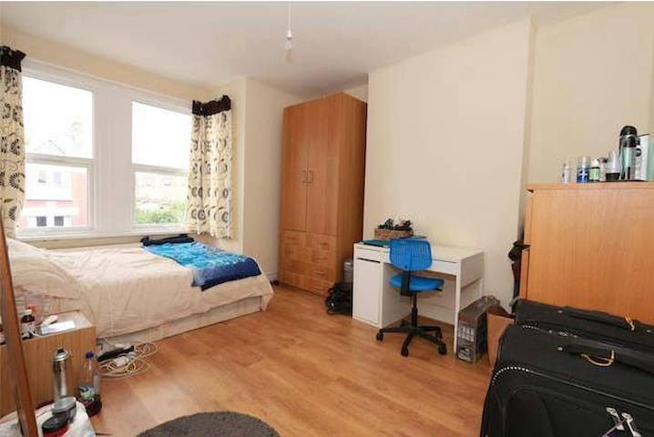 Huge double room close to central London 14-22.06! - London - House
