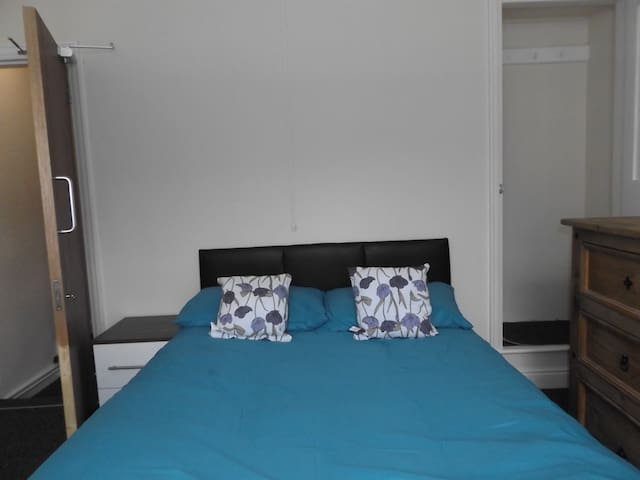 Large Double room in Mountcastle house