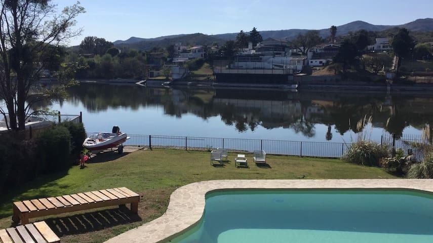 Alquilo casa sobre el lago san roque en Carlos paz