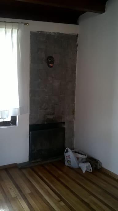 La chimenea, no tenemos sala por ahora es el espacio para yoga y playground