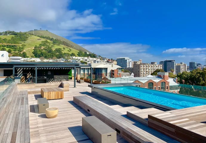 Trendy Waterfront Apartment, Views & Rooftop Pool