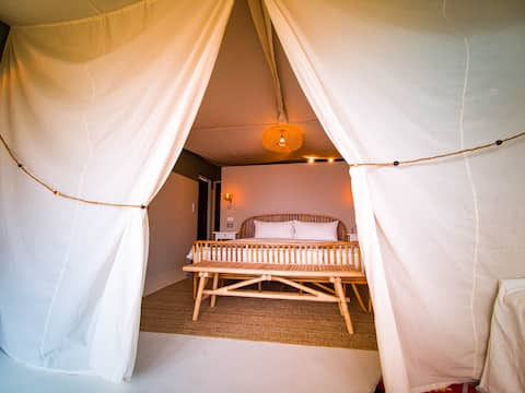 Safari Glamping on the beach with Netflix