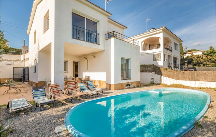 Holiday cottage with 6 bedrooms on 235m² in Sant Pol de Mar