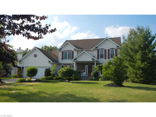 Amazing 4BR 2.5BA for RNC, inground pool & hot tub - North Ridgeville - Flat