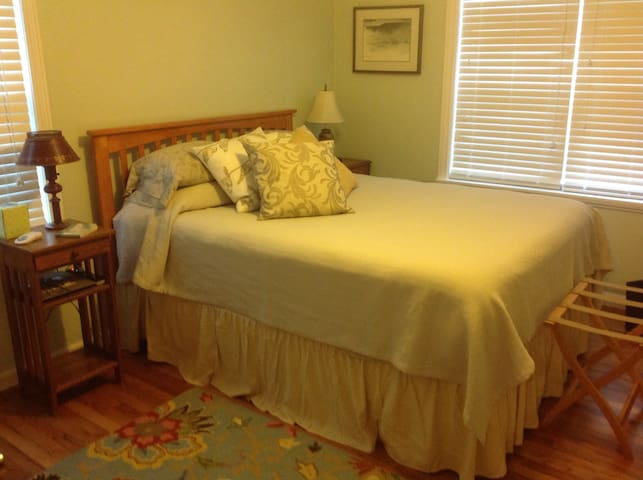*Cozy private bdrm/bath & hot tub * - Medford - Casa
