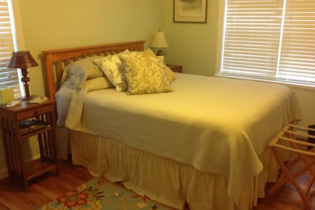Cozy private bedroom/bath & hot tub - Medford