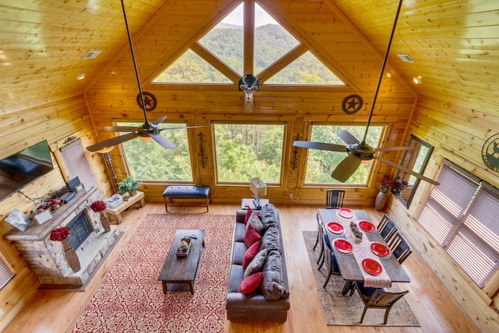 Mountaintop cabin w/ private hot tub, shared pool & gorgeous views!