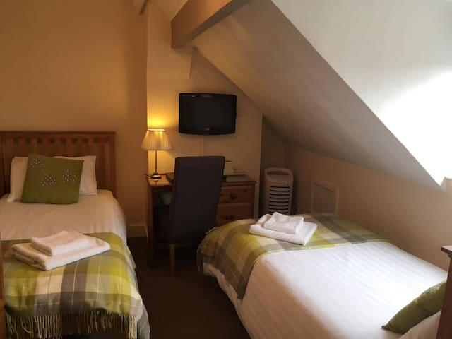 Twin ensuite, town centre, breakfast & parking