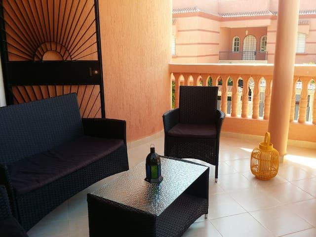 Terrasse du 1er étage avec son salon.