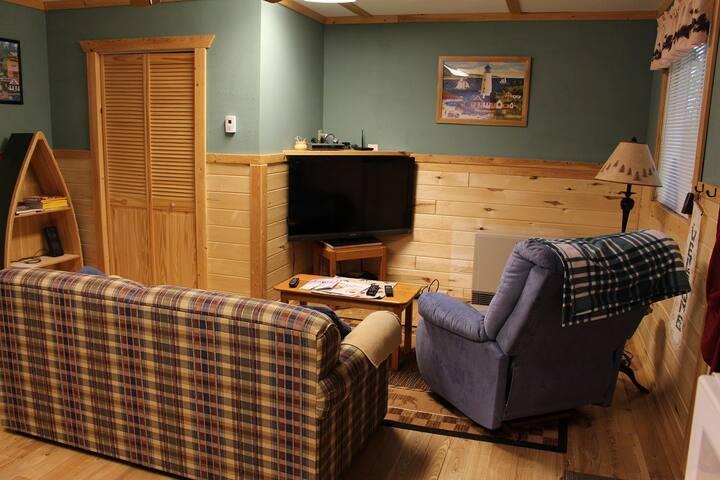 Cozy sitting area w/TV.