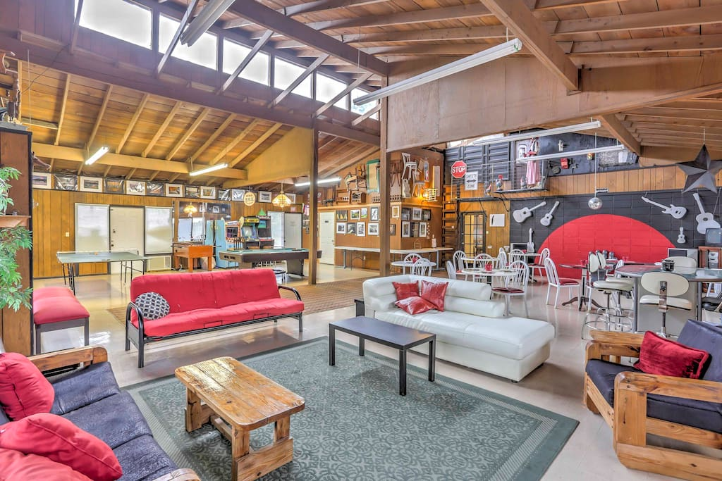 'Ozark Mountain Art & Nature Lodge' has 4,500 square feet and room for 22.
