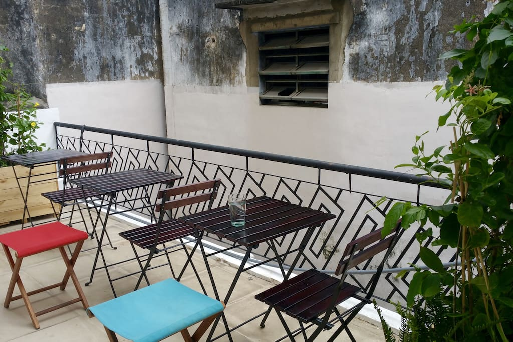The house has a large balcony to relax. Smokers love this place. You could also sit here and enjoy a cup of Vietnamese coffee from the coffee bar downstair.