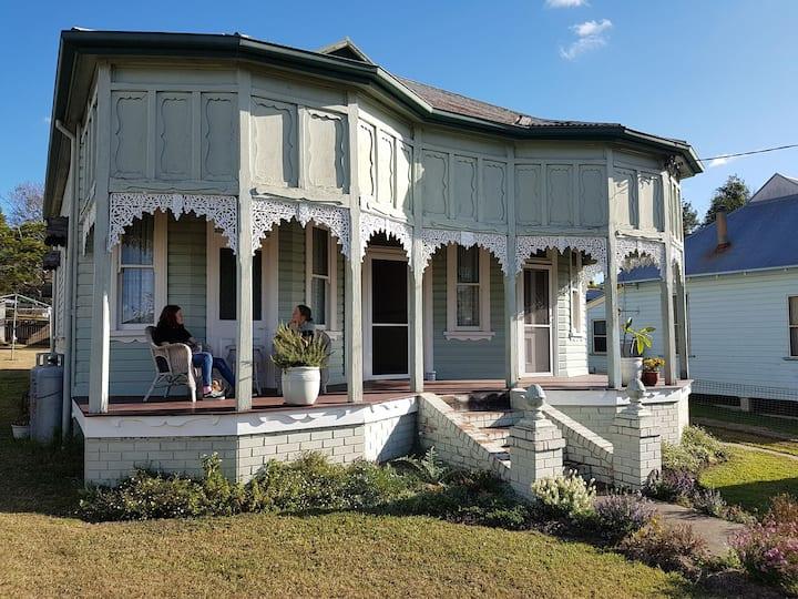 Hattersley - Historic Cottage