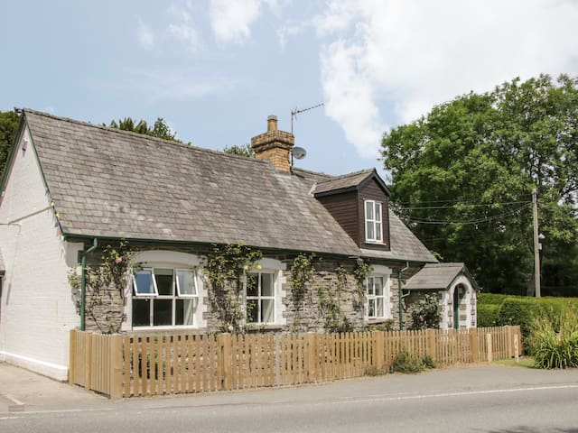 OLD SCHOOL HOUSE, pet friendly, with a garden in Bleddfa, Ref 933477