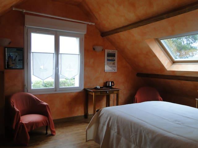 chambre spacieuse dans pavillon au calme.