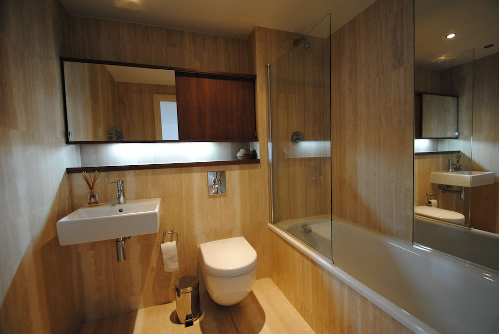 Main bathroom with real travertine tiles