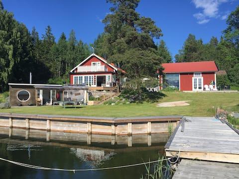 Stort hus på fin sjötomt i väster  - Grisslehamn