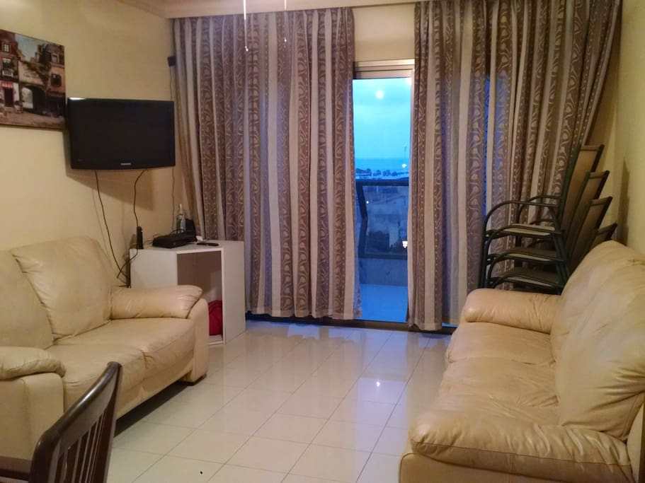 Comfortable living room with 2 couches. Cable TV and Free wifi.
