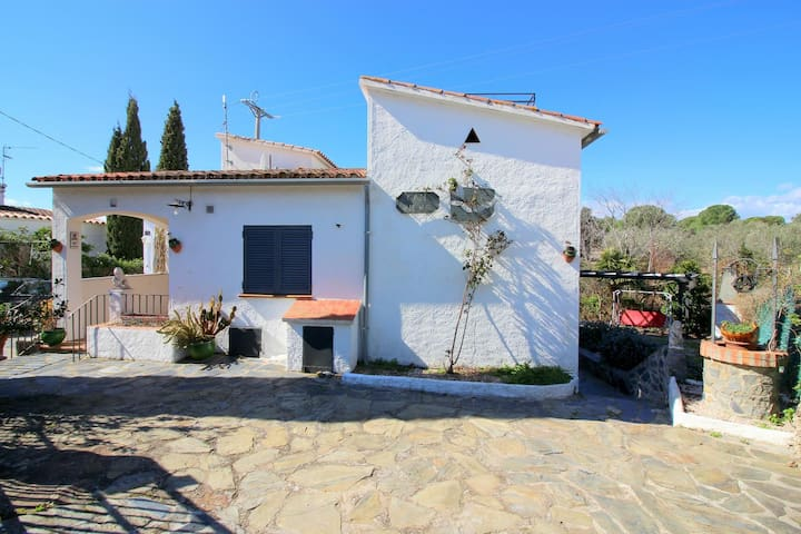 House in Mas Fumats (Roses) with garden, terrace, parking and air conditioning.