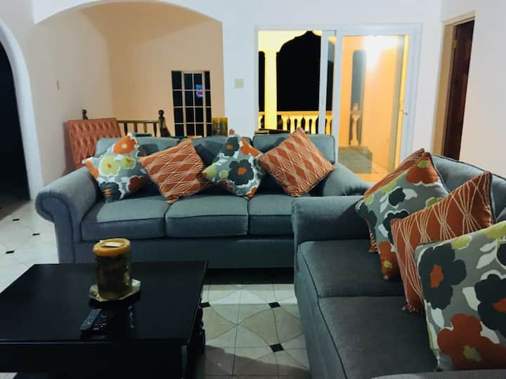 Beautiful twin bedroom - 5 mins from the beach