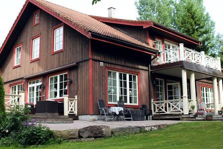 Stort hus i landlige omgivelser