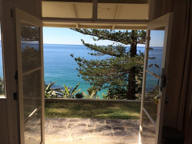 Whale Beach Private Flat  above Dolphin Bay