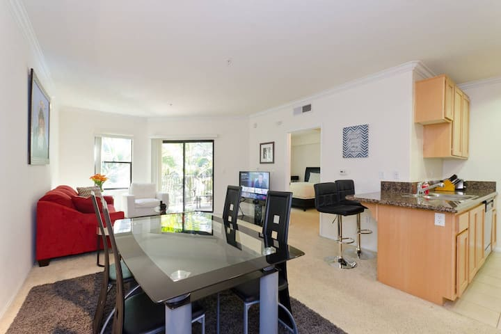Top Downtown Location, Fast WIFI, & Free Parking! (P-1)