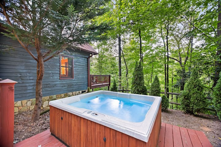 Chalet with mountain views -- fireplace, deck and outdoor hot tub!