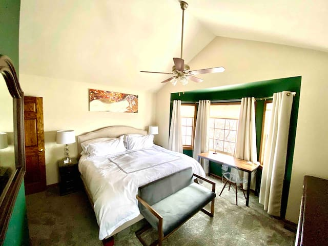 The Green Room (King Bed + Private Bath)