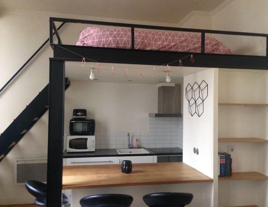 vue sur la cuisine ouverte et la mezzanine