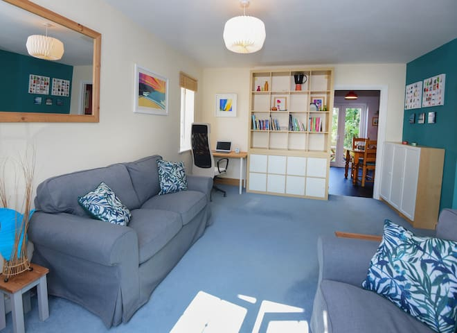 NEW! Spacious and modern house + parking, Penryn