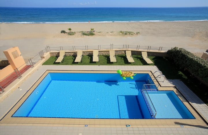 Beach Front Villa for 12,By Beach & All Amenities