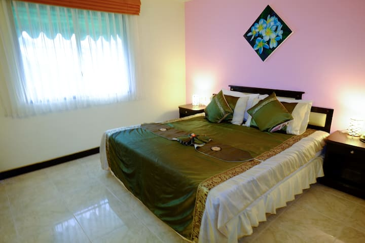 Deluxe Double room 5 mins to Beach