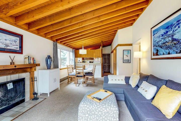 Comfy condo w/shared pool, hot tub, sauna -near slopes, mtn views