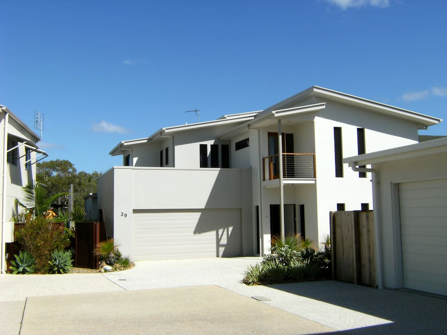 Luxurious, modern Beach House with Free parking & easy access
