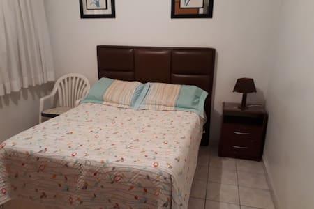 Casa grande e segura, quarto confortável