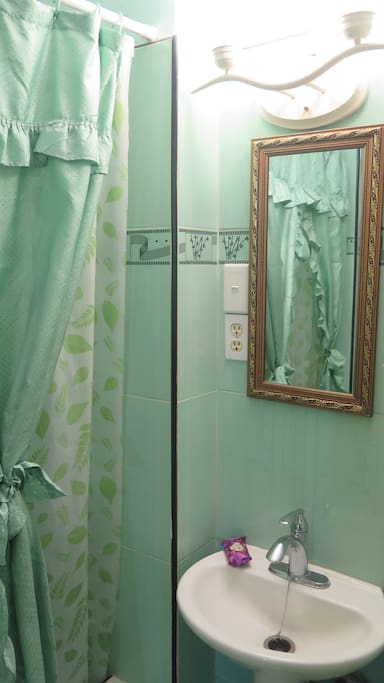 [English / Español] Baño con agua caliente 24 horas -- Bathroom with hot water 24 hours.