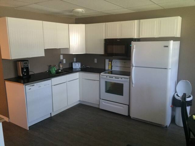 Executive Fully Furnished 2 Bdrm 1 bathrm with den