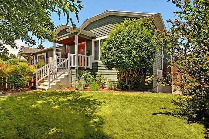 Cozy Private Living Near Green Lake!
