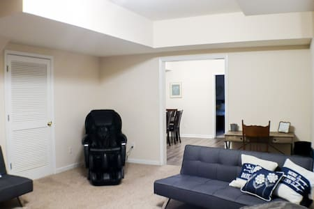 Relaxing Private 2 Bedroom Basement Suite on Lake