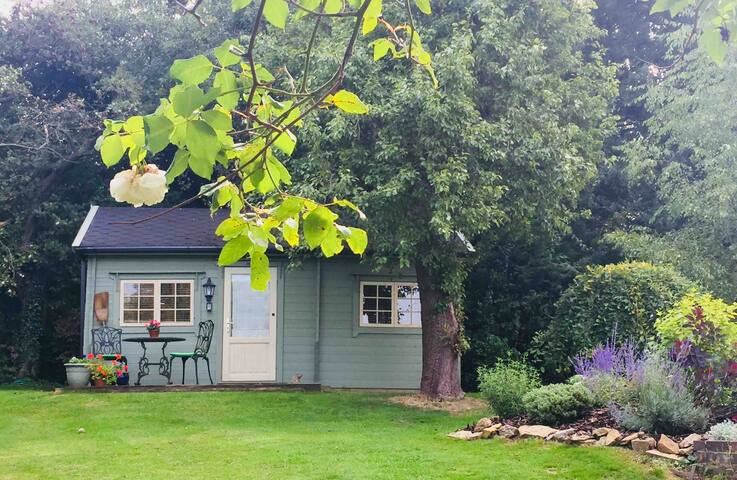 Cosy self contained garden cabin in Croughton