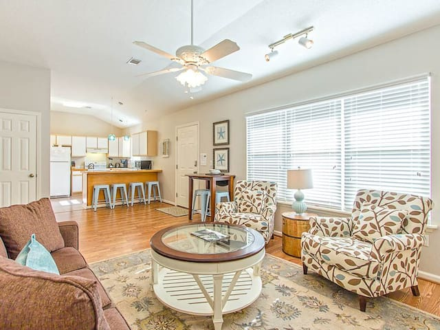 Newly Furnished Pet Friendly Home Near the Lighthouse, 1.5 Blocks To Beach, Perfect for 2 Couples - Pelicans Nest A