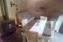 salon/salle à manger avec poêle