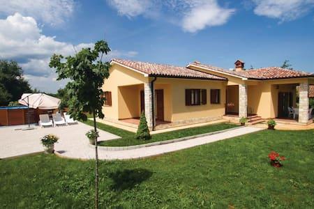 3 Bedrooms Home in Nedescina - Nedescina