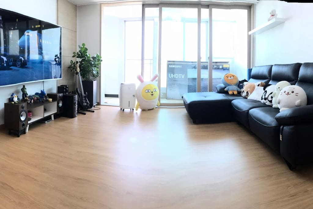 the large living room with a good view of Gangnam area 강남 뷰가 잘보이는  넓은 거실 사진입니다