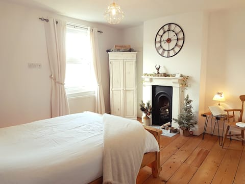 2 Double-Bedroom house near Town Centre & Station