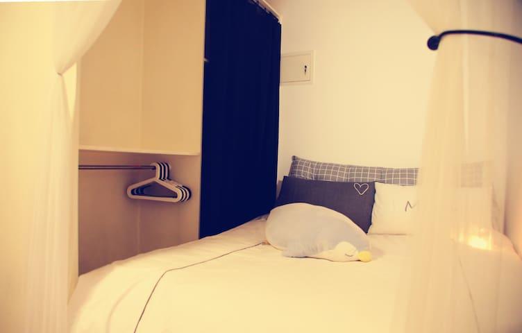 床边的衣橱,给你足够的储物空间