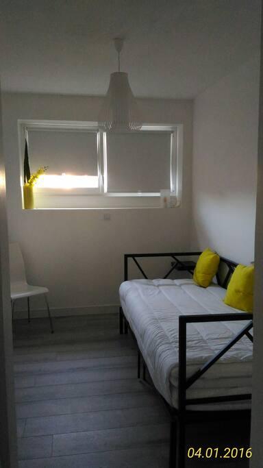Chambre avec 2 lits 90X200 pouvant être assemblés.