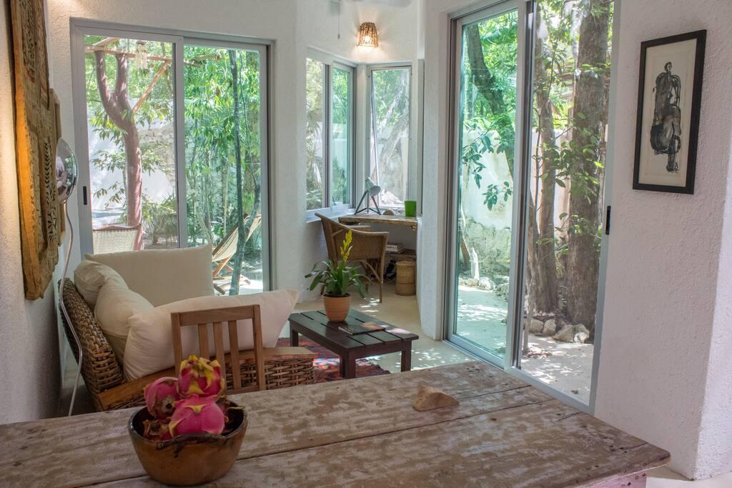 sala con vista a jardín privado