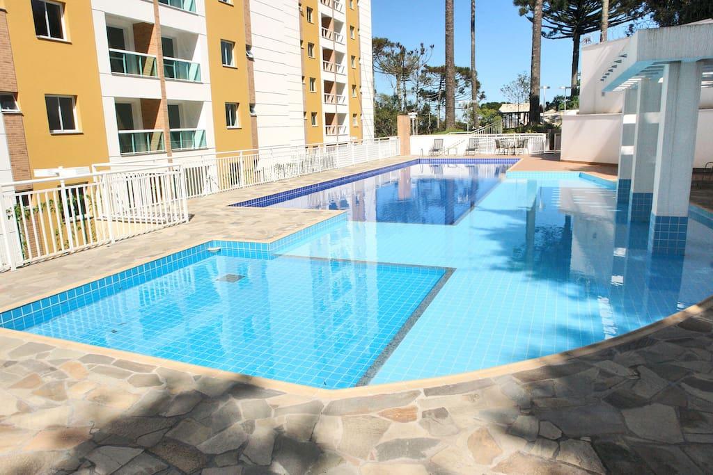 Parque aquático com piscinas para adultos e crianças.